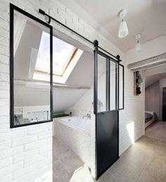 kleines Badezimmer auf dem Dachgeschoss hinter Schiebetür versteckt sehr praktisch gestaltet