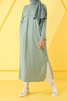 hijab jeans jeans HE-QA Mint Allerli Tunik. hijab jeans jeans HE-QA Mint Allerli Tunik… Dubai Fashion, Vogue Fashion, Fashion 2020, Boy Fashion, Fashion Outfits, Runway Fashion, Street Hijab Fashion, Muslim Fashion, Modest Fashion