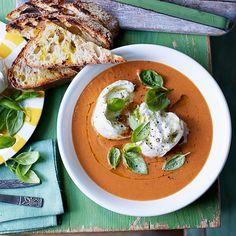 Deze soep smaakt net als een capresesalade! Door de tomaat, basilicum, olijfolie en ciabatta waan je je even in Italie. Heerlijk als lunch of diner.    1 Verwarm de oven voor op 200 ºC.Verdeel de tomaten en knoflook overeen grote...