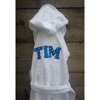 Een badjas met naam van 100% katoen leverbaar in wit, fuchsia, kobaltblauw en turquoise.