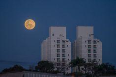Superlua iluminará o céu neste domingo -     Uma bela superlua poderá ser vista de todos os pontos do Brasil na noite de domingo. O fenômeno em que a Lua parece maior e mais brilhante será melhor observado a partir das 21h, quando o astro começa a aparecer no horizonte Leste do céu. A recomendação dos astrônomos é observar o sat - http://acontecebotucatu.com.br/geral/superlua-iluminara-o-ceu-neste-domingo/