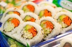 Craving some tasty sushi? Check out our guidelines for preparing delicious vegetarian sushi for beginners - tips, tricks and ideas! Vegetarian Sushi Recipes, Raw Food Recipes, Healthy Recipes, Cooking Recipes, Cooked Sushi Recipes, Vegan Food, Sushi Vegetariano, Best Sushi Rolls, Veggie Sushi Rolls