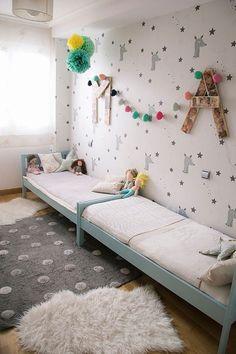Papier peint et déco originaux dans cette chambre pour deux enfants