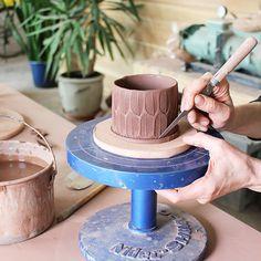 Slab Building with Handmade Texture with Sarah Pike Plattenbau mit handgemachter Textur mit Sarah Pike – Ceramic Arts Network Hand Built Pottery, Slab Pottery, Pottery Mugs, Ceramic Pottery, Thrown Pottery, Ceramic Techniques, Pottery Techniques, Slab Ceramics, Ceramic Workshop