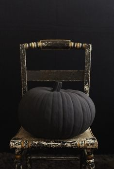 Chic Halloween Decor: a matte black pumpkin is one idea! Click through for even more great decor ideas for your most stylish Halloween yet Looks Halloween, Classy Halloween, Halloween Party Decor, Spirit Halloween, Holidays Halloween, Halloween Crafts, Happy Halloween, Halloween Town, Halloween Halloween