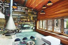 moderne Innengestaltung mit Decke aus Iroko-Holz, Fensteröffnungen ...