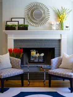 décoration de cheminée avec miroir et des fleurs