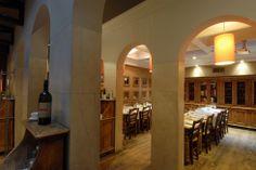 Una sala ampia e piena di luce, raffinatezza tra archi, dettagli e.... una bottiglia di ottimo vino con il nostro marchio #pizzeriasanmarco #ristoranteroma