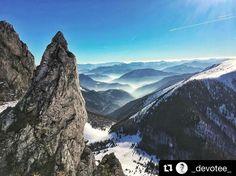 Nádherný Rozsutec  #praveslovenske od @_devotee_  Way up here With the Northern lights  #slovensko #fatra #slovakia #rozsutec #hiking #nature #bluesky #winter #snow #fog #sunrise #rocks #mountains #hills #inversion #trees #forest