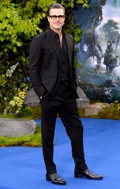 Catch up on all of the eye-catching celebrity looks from the red carpet! Mens Semi Formal Attire, Formal Men Outfit, Brad Pitt, Nice Outfits For Men, Casual Wear For Men, Gents Fashion, Mens Fashion Suits, Gents Suits, Casual Goth