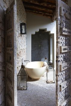 This decoration theme features usage of a burst of colors, patterns, vintage bathtub, and ethnic carpet. Checkout our latest gallery of 25 Awesome Bohemian Bathroom Design. Bathroom Design Inspiration, Bad Inspiration, Interior Inspiration, Design Ideas, Interior Exterior, Home Interior, Interior Architecture, Bohemian Bathroom, Morrocan Bathroom