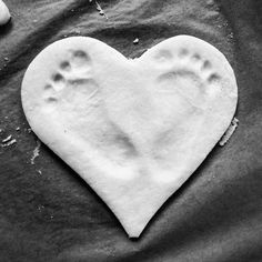 MAMA MONDAY: Baby footprint in salt dough - a nice memory (DIY) - Hach, they grow up so quickly the little ones. Be sure to immortalize the cute little baby feet in - Handprint Christmas Tree, Christmas Baby, Easy Crafts For Kids, Diy For Kids, Baby Showers Juegos, Kindergarten Anchor Charts, Kindergarten Art Projects, Footprint Art, Baby Prediction