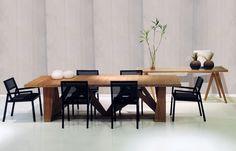 A combinação de diferentes texturas e acabamentos empresta modernidade ao ambiente. A mesa Oslo, do designer Pedro Mendes, é o destaque dessa decoração. Na Espaço e Forma, você encontra outras inspirações, para tornar seus ambientes únicos. #espacoeforma #mesa #pedromendes #diferentestexturas #moderno
