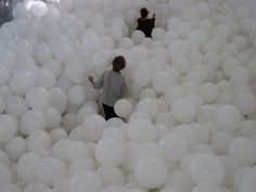 White balloons-- how fun would this be to run away in? Hipster Vintage, Style Hipster, Fiestas Party, My Sun And Stars, White Balloons, White Aesthetic, Vintage Design, Party Time, Ideas