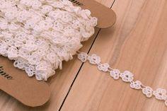Δαντέλα Αλυσίδα Λουλουδάκια LC4605  Δαντέλα αλυσίδα σε σχέδιο λουλουδάκια, πλάτους 12mm. Εξαιρετική ποιότητα και κομψό, διακριτικό σχέδιο για όμορφα δεσίματα. Δώστε ένα ρομαντικό, vintage ύφος στις δημιουργίες σας. Ιδανική για να δέσετε μπομπονιέρες, προσκλητήρια, μαρτυρικά, λαμπάδες γάμου και βάπτισης, κουτιά βάπτισης και λαδοσέτ. Χρησιμοποιήστε την ακόμα για διάφορες χειροτεχνίες και κατασκευές. Crochet Necklace, Vintage, Jewelry, Fashion, Moda, Jewlery, Jewerly, Fashion Styles, Schmuck