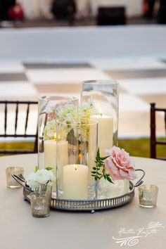 DIY wedding centerpiece with candles and flowers in clear vases - so chic #weddingdecor #diywedding #centerpiece #gardenpartywedding #weddingcenterpiece