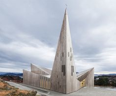 Norway's Church of Knarvik, by indepedent Oslo-based architecture firm Reiulf Ramstad Arkitekter, homages the heritage of Scandinavian church design. Church Architecture, Religious Architecture, Amazing Architecture, Scandinavian Architecture, Contemporary Architecture, Architecture Design, Architecture Tattoo, Modern Church, Church Design