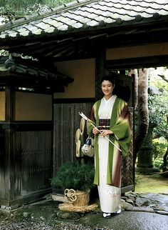 Kimono and yukata are considered as Japanese traditional clothes! And they are weared in the special festival all a year! Japanese New Year, Turning Japanese, Kimono Japan, Japanese Kimono, Yukata, All About Japan, Culture Art, Japanese Outfits, Japanese Clothing