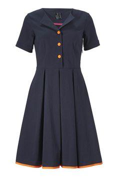 Blow kjolen fra WEIZ Copenhagen har fået sit navn efter dens skørt der har masser af vidde. Knapperne og kanten er kontrastfyldt orangen neon.