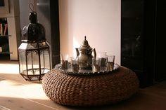 Marokkaanse theeceremonie; de poef die hier als tafel wordt gebruikt lijkt op (of is?) de IKEA Alseda.