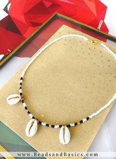 Kauri Schelp Choker Ketting met Rocailles - Wit met Zwart en Goud - Kauri Schelp Choker Ketting met Rocailles – Wit met Zwart en Goud Kauri schelp choker ketting m - Diy Jewelry Necklace, Handmade Necklaces, Jewelery, Handmade Jewelry, Beaded Necklace, Beaded Bracelets, Diamond Necklaces, Beaded Jewelry Patterns, Fabric Jewelry
