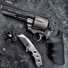 S&W 329 .44 Magnum and speed loader of Black Talon