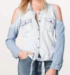 Combina una camisa #denim con tus jeans favoritos y logra el look que crea la tendencia #Chambray esta temporada.  Mira más en www.pasionporlamoda.pe #BlusasTrend