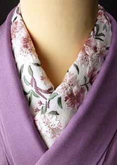 地味になってしまいがちな色無地や単色の着物の場合、華やかな刺繍の半襟がとっても映えます。