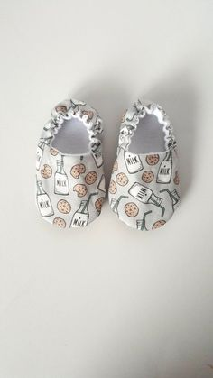 Baby slippers - Patterns and step-by-step video - Command .- Zapatillas de bebé – Patrones y video paso a paso – Comando Craft Baby slippers – Patterns and step-by-step video – Craft Command - Baby Boots, Baby Girl Shoes, Kid Shoes, Baby Shoes Pattern, Shoe Pattern, Diy Bebe, Baby Slippers, Baby Moccasins, Baby Crafts