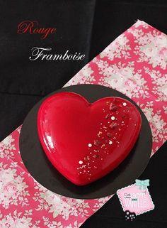 Vous voulez épater votre moitié ? Voici le rouge framboise réalisé avec le magnifique moule Ti Amo Silikomart professionnel. Avec sa forme généreuse et bombée, il fera sans nul doute sensation ! Pour cette occasion, j'ai choisi des parfums classiques qui se marient à merveille, la framboise et l'amande. Cet entremets est donc composé d'un …