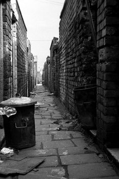Before the wheelie-bin, St Helens, Lancs, 1970. An alley between the back yards of parallel streets, St Helens, Tuesday 15th September 1970. I broke my journey up to Liverpool that day at Birmingham. Day return fare, Bristol-Birmingham, £1 12s 0d (£1.60). I did not record the price of the Birmingham-Liverpool leg, but the Liverpool-St Helens return cost 4/3d (22p).