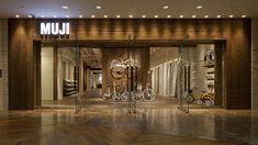cafe design wood frame and white lettering Mall Facade, Retail Facade, Facade Design, Exterior Design, Muji Shop, Wood Facade, Showroom Design, Commercial, Shop Fronts