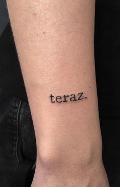 Decidir tatuarse un mensaje escrito conlleva la elección no sólo del mensaje, sino de la tipografía más adecuada en forma, grosor, tamaño, color, diseño, así como el lugar del cuerpo donde lo llevarás. Si ya tienes lista la palabra o frase que quieres tatuarte, aquí te presentamos diez estilos tipográficos para que te des una idea de que formas se acoplan más a la zona de tu cuerpo donde vas a tatuarte. #PinCCDiseño #Diseño #tatuajes #tattooart #lettering #typography Dragon Oriental, Tattoo Quotes, Tattoo Ideas, Manga, Tattoos, Beautiful Artwork, Sewing Crafts, S Tattoo, Shapes