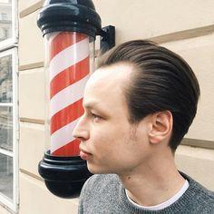 Poslední dobou od nás chcete víc a víc klasiky s dlouhými stranami pánové a my jsme jedině rádi. Zde v podání Dominika.✂️ #barber #barbers #barbering #barberhub #barbergang #barbershop #prague #oldtown #tradicniholicstvisvoboda #class #classymen #haircut #barberpole #barberlove #barberconnect #barberart #czechrepublic