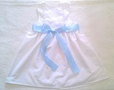 Vestido de algodão branco com bordado Inglês e fita de cetim azul - White cotton dress with English embroidery and blue satin ribbon  Follow us on instagram:  https://www.instagram.com/bcottonyforchildren/