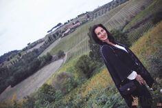 OUTFIT: Dunkelblauer Poncho mit Streifenmuster trifft Denim oder Herbst in der Toskana - Miss Classy