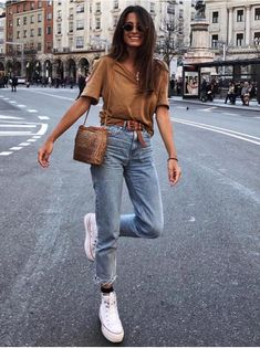 Brown basic tee denim jeans Converse white sneakers and a woven handbag. Casual street style for women. Spring Summer Fashion, Spring Outfits, Trendy Outfits, Cute Outfits, Fashion Outfits, Fashion Ideas, Casual Street Style, Casual Chic, Mode Style