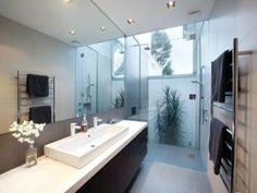 Modern bathroom design with floor-to-ceiling windows using frameless glass - Bathroom Photo 526369