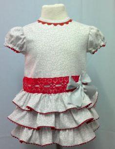 Vestido para bebe niña en villela gris con volantes adornado con piquillo y encaje de bolillos rojo. Forrado. Ropa de bebe de MiBebesito totalmente personalizable. Ideal para regalos, nacimientos, cumpleaños...