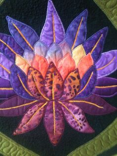 Took a class with Hazel Foote - Indian floral. I love her quilting and attention to detail so am trying to make mine as neat. Embroidery Designs, Applique Design, Applique Patterns, Applique Quilts, Quilting Designs, Quilt Patterns, Creeper Minecraft, Flower Quilts, Fabric Flowers