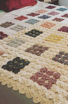 Do you know that scrap left over from another job? So, even if it is a small fabric, it is perfect for you to learn how to make fabric yo - yo and start Yo Yo Quilt, Jacob's Ladder, Felt Sheets, Colorful Quilts, Crochet Quilt, Paper Crafts Origami, Quilt Making, Fabric Flowers, Sewing Hacks