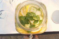 Kold agurkevand med citron og mynte og masser af isterninger. En skøn forfriskende og sund drik som slukker tørsten på de varme dage.