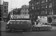 Lou de Palingboer maakt reclame op de Dam in Amsterdam.  Scan from book: Nederland in de jaren zestig / Netherlands in the 60s