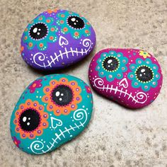 Day of the Dead rocks Rock Painting Patterns, Rock Painting Ideas Easy, Rock Painting Designs, Paint Designs, Paint Ideas, Pintura Sugar Skull, Sugar Skull Painting, Pebble Painting, Pebble Art