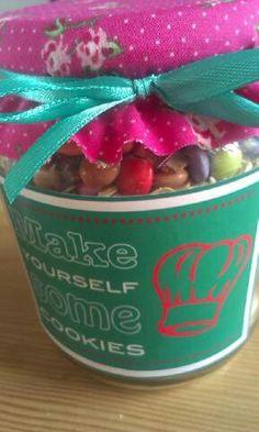 make yourself some cookies, met bloemetjes op deksel!