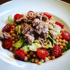 Eisbergsalat mit Thunfisch, Kichererbsen und Tomaten  #foodblog #food #foodporn #salat #thunfisch #tomaten #kichererbsen #kochenistliebe