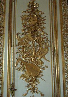 Petits Appartements de Versailles  La pièce de la Vaisselle d'Or, détail des lambris en or bruni et vert