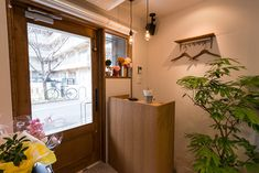 烏丸五条から、北西へ徒歩で数分、下京区の図書館にある公園前にオープンした、美容室corail様。  モルタル調のタイルとフローリングの組み合わせで、COOLでスタイリッシュな雰囲気と木の温かさが絶妙に融合した空間に仕上がりました。  corail(コライユ)という店名は、沖縄の海やサンゴが大好きなオーナー様ならではのネーミングで、フランス語でサンゴという意味だそうです。  玄関横の開口部からは素敵なランプが2つのぞき、通行される方の目を惹きます!  空間自体に穏やかな空気が流れ、オーナー様のお人柄も相まって、ほっと出来るサロンです。  内容:テナント仲介・店舗デザイン設計施工 業種:美容室 広さ:約18.6㎡(5.6坪) お客様の声はこちらから→