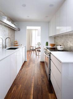 Zweizeilige Küche Kombüse Planen Einrichten Tipps Ideen Gestaltung Design  Küchenzeile Küchentheke Weiß Edelstahl