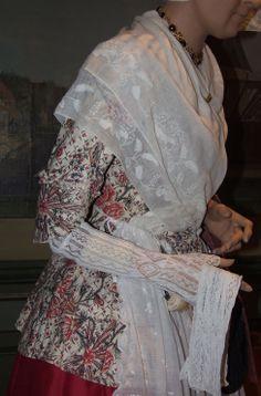 Jak van een Fries kostuum, vervaardigd van sits (rode bloemen op ruiten). Gevoerd. 1800-1850 #Friesland